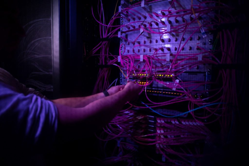 Hier sehen Sie ein Bild aus dem Inneren unseres Rechenzentrums - dem Serverraum.