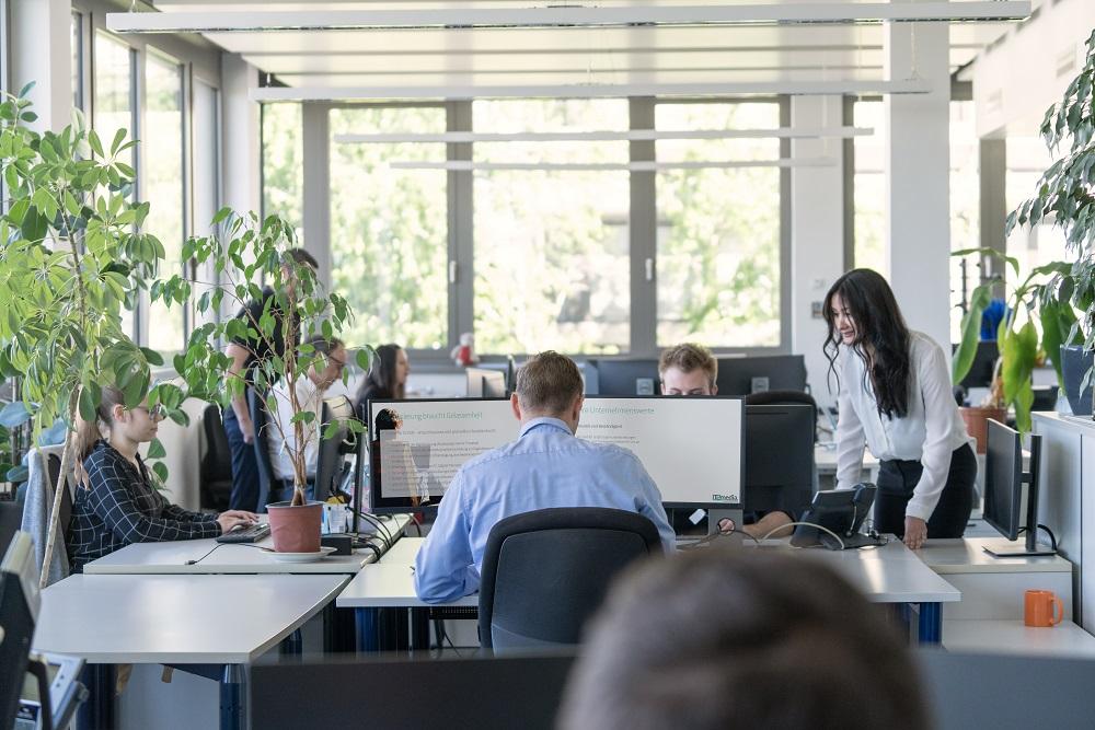 Dank maschinellem Lernen lassen sich mit der SAP Service Cloud sämtlich Service-Tickets automatisch analysieren, kategorisieren und an den richten Mitarbeiter weiterleiten.