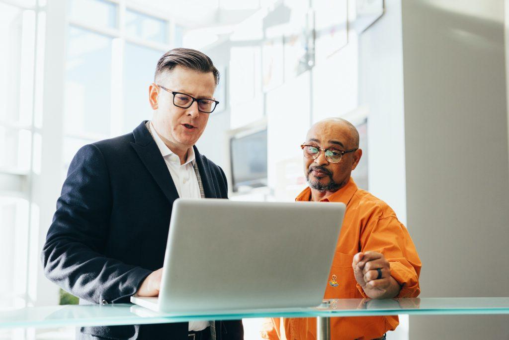 Die technische Infrastruktur eines Unternehmens sollte die Geschäftsstrategie unterstützen, nicht einschränken. Unsere IT-Spezialisten konzentrieren sich deshalb zuallererst auf die strategischen Ziele unserer Kunden und definieren dann die technologischen Lösungen, um diese langfristigen Ziele zu erreichen.